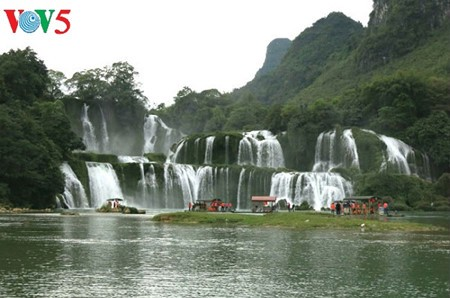 Ban Gioc Waterfall - the largest natural waterfall in Southeast Asia - ảnh 2