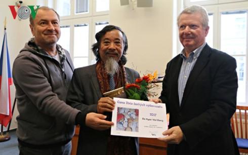 Vietnamese writer awarded by Czech Writers' Association  - ảnh 1