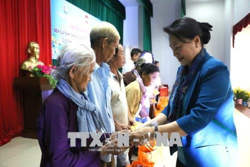 NA Chairwoman presents Tet gifts to poor families in Tien Giang province - ảnh 1