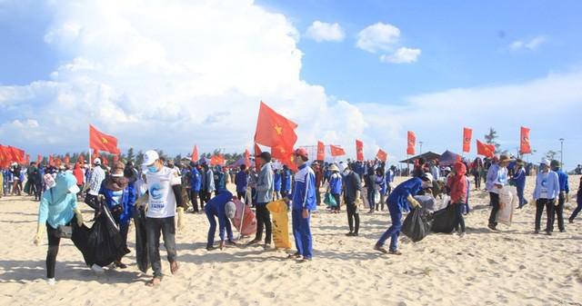 Thousands of people clean Quang Tri's beaches - ảnh 1