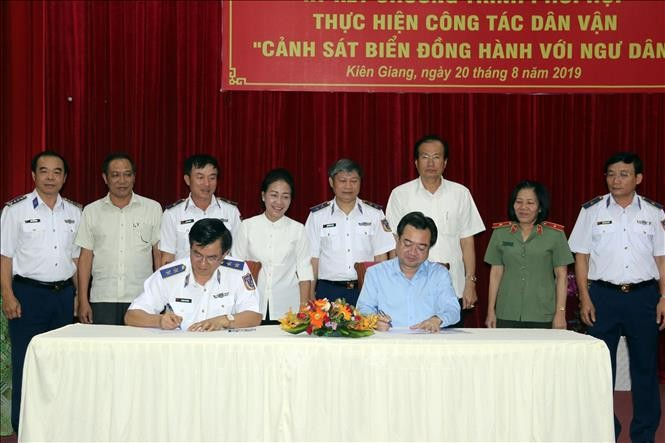 """""""Coast Guard stands side-by-side with fishermen"""" program launched in Kien Giang - ảnh 1"""