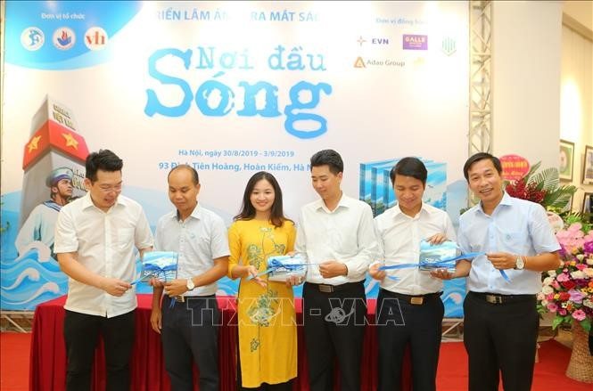 Book launching and photo exhibition on sea and islands - ảnh 1
