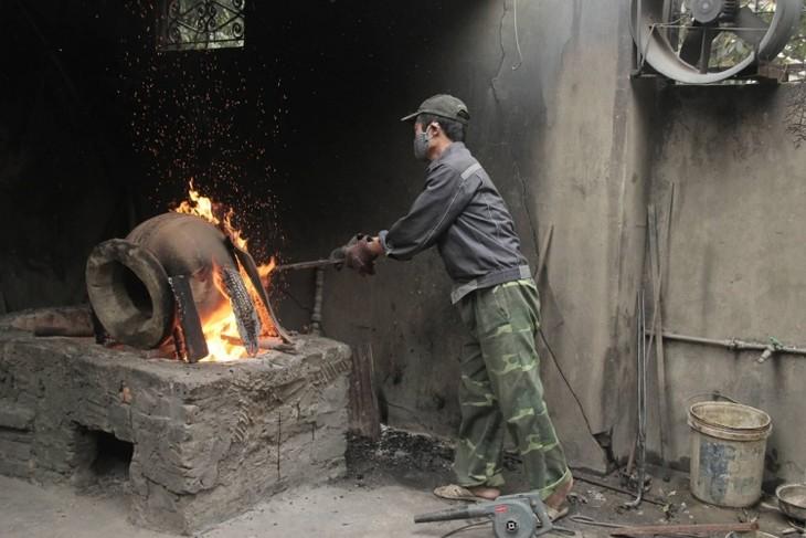 Y Yen bronze casting village keeps furnaces burning - ảnh 1