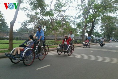 Cyclo tours in Hue ancient city - ảnh 2