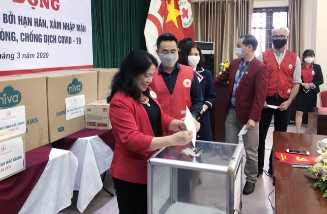 Vietnam Red Cross Society raises fund for victims of salt intrusion, droughts, Covid-19 - ảnh 1