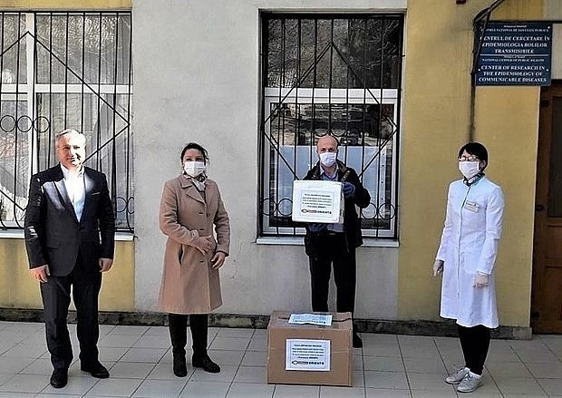 Vietnamese abroad join local fights against Covid-19 - ảnh 2