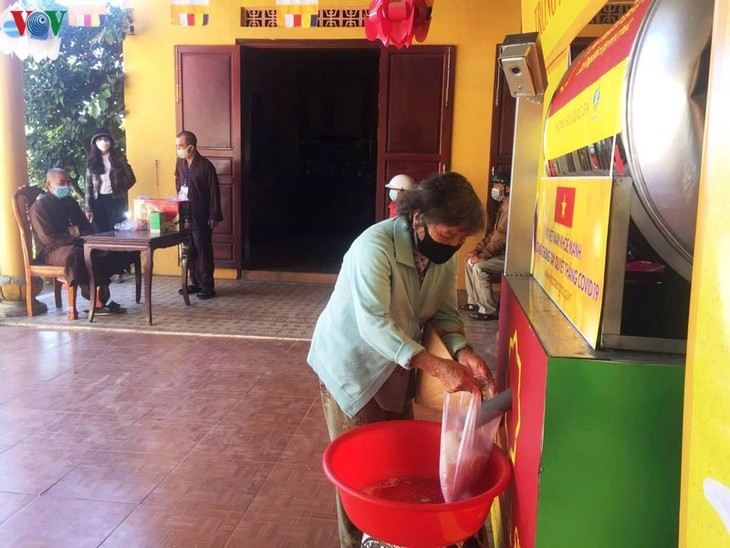 Rice ATM helps Vietnam's poor survive COVID-19 pandemic - ảnh 1