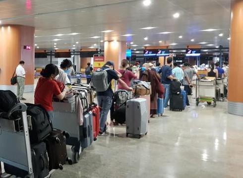 240 Vietnamese citizens return home from Myanmar - ảnh 1