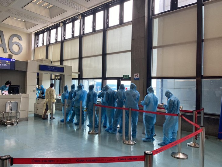 More than 340 Vietnamese return home from Taiwan (China) - ảnh 1