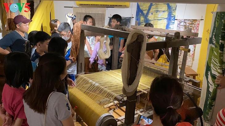 Children learn about Vietnamese silk weaving - ảnh 4