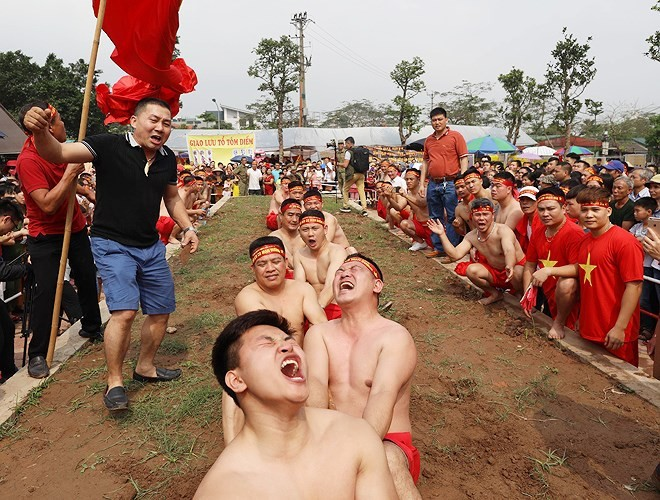 Vietnamese folk games: sitting tug-of-war and clay firecracker hurling - ảnh 5