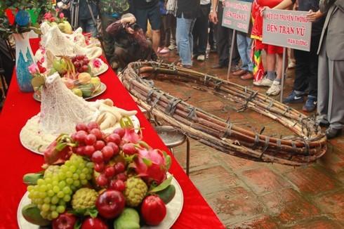 Vietnamese folk games: sitting tug-of-war and clay firecracker hurling - ảnh 4
