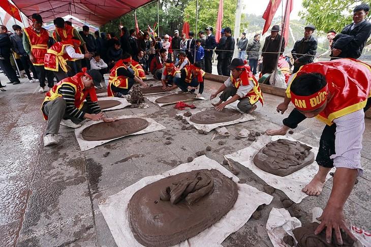 Vietnamese folk games: sitting tug-of-war and clay firecracker hurling - ảnh 2