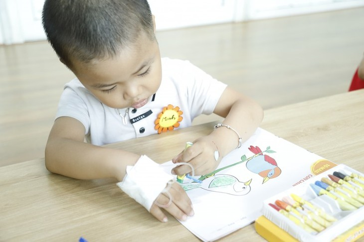 """""""Happy class"""" brings happiness to child cancer patients - ảnh 1"""