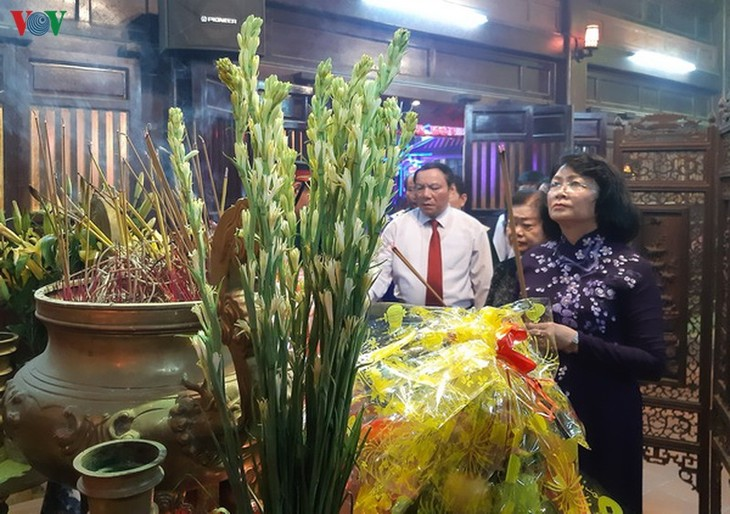 Vietnam pays tribute to war martyrs, national contributors - ảnh 1