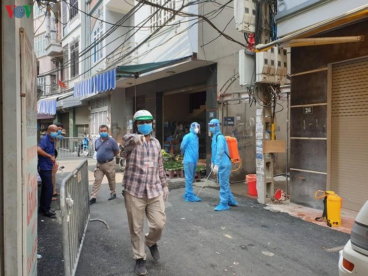 Hanoi locks down area linked to suspected COVID-19 case - ảnh 1