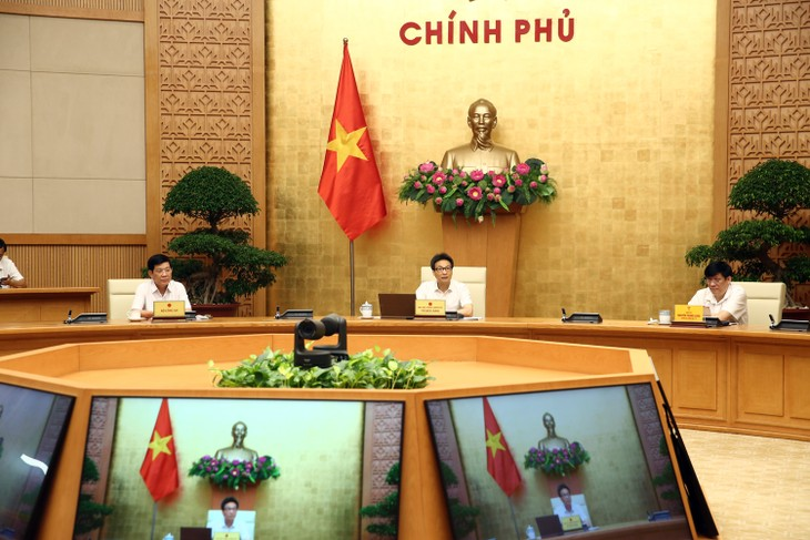Deputy PM warns people to stay on guard against COVID-19 - ảnh 1