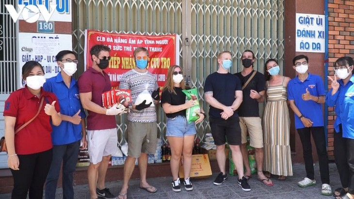 Foreigners help Da Nang's poor people - ảnh 1