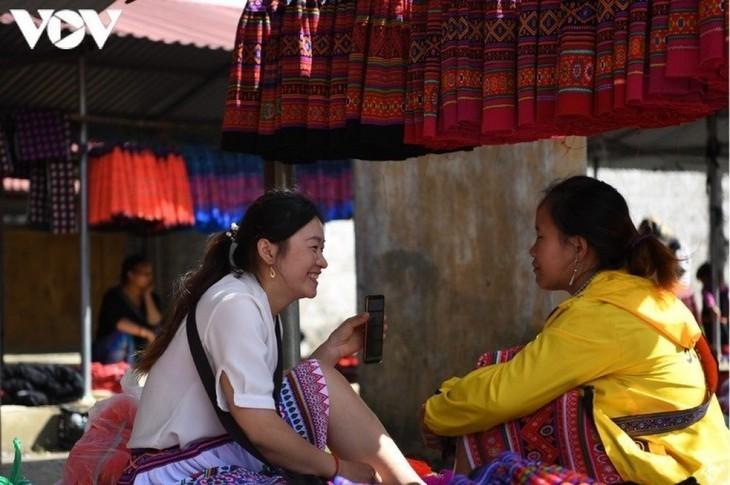 A tour of colourful Pa Co brocade market in Son La   - ảnh 13