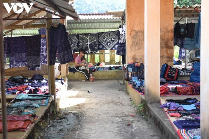 A tour of colourful Pa Co brocade market in Son La   - ảnh 17