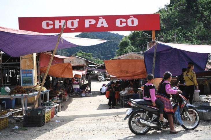 A tour of colourful Pa Co brocade market in Son La   - ảnh 1