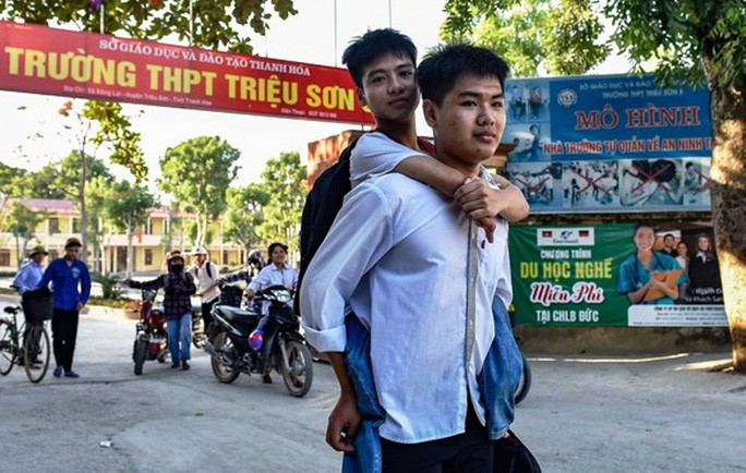 Riding piggyback to school, a real-life fairy tale - ảnh 1