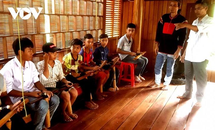 Kinh man preserves ethnic minority's gongs - ảnh 1