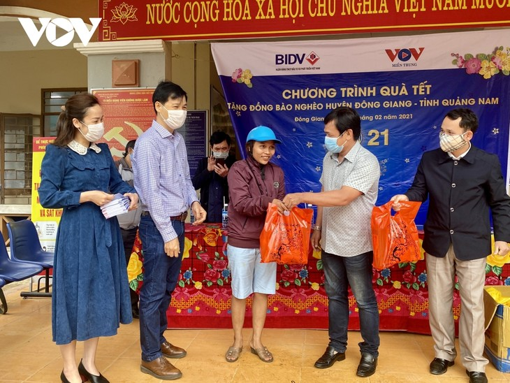 Social beneficiaries and ethnic minorities benefit from Tet caring programs - ảnh 1