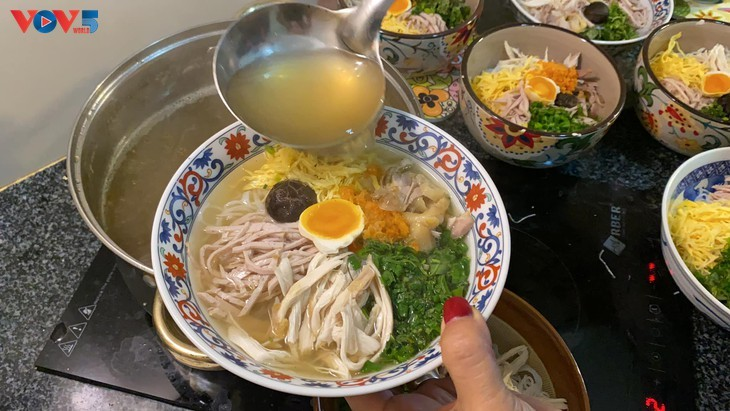 'Bun thang' (noodles in chicken broth) – Hanoi's specialty - ảnh 2
