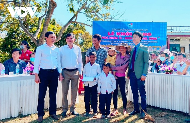 Students' savings contribute to humanitarian fund - ảnh 1