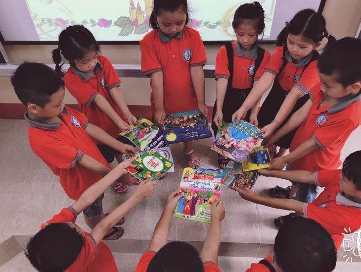 """""""Footsteps of Books"""" spreads reading culture in schools - ảnh 3"""
