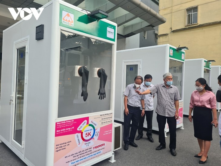 COVID-19 test booths installed in epicenters - ảnh 2