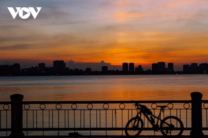 Beautiful sunset on Hanoi's West Lake - ảnh 13