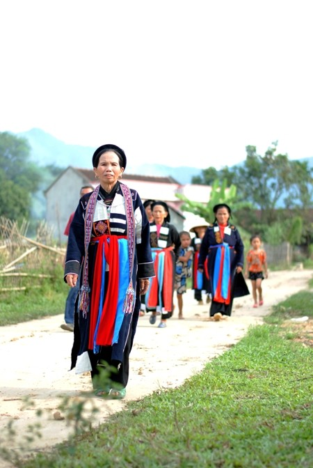 Traditional clothes of the Cao Lan - ảnh 2