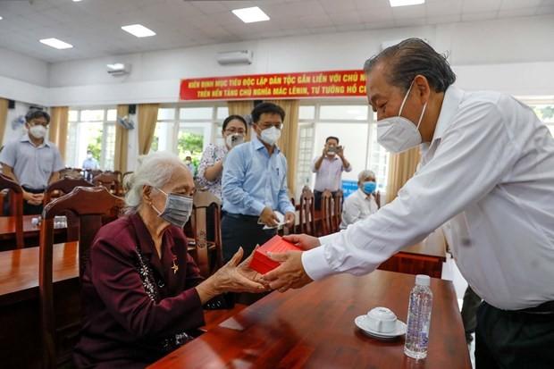 Deputy PM Truong Hoa Binh visits families of revolution contributors in HCM City - ảnh 1
