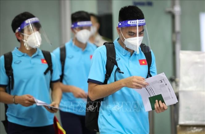 Vietnam football squad returns home for the next game with Australia - ảnh 1