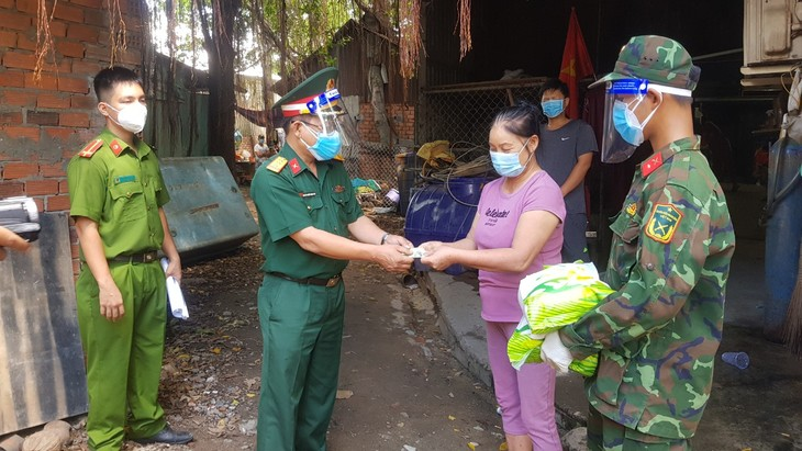 Soldiers give HCMC residents greater confidence in pandemic fight - ảnh 1