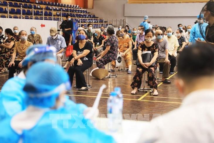 Hanoi administers 300,000 COVID-19 vaccine doses a day - ảnh 1