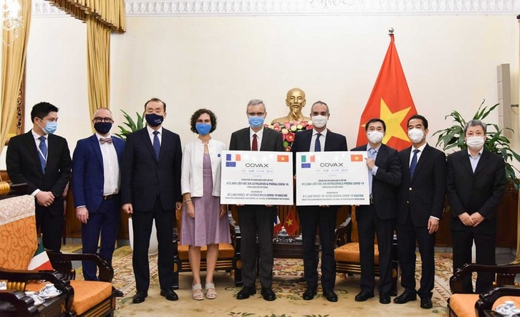 Vietnam receives 1.5 million COVID-19 vaccine doses from France, Italy - ảnh 1