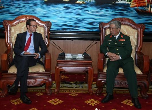 Un représentant du président américain reçu par le vice ministre de la défense - ảnh 1