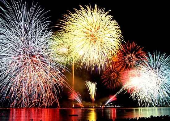 Hanoi : feux d'artifice pour célébrer le 60ème anniversaire de la libération de la capitale - ảnh 1
