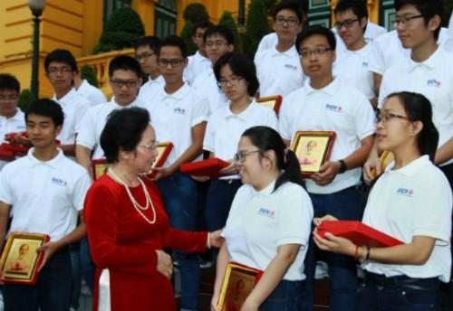 Nguyen Thi Doan félicite les lauréats des olympiades internationales de 2014 - ảnh 1