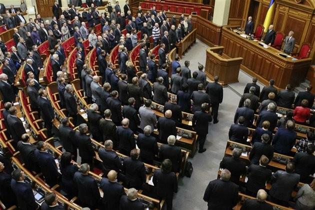 Le Parlement ukrainien adopte la promulgation de la loi martiale dans le pays - ảnh 1