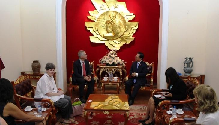 Le PDG de l'AP reçu par le président de l'Union des associations d'amitié du Vietnam - ảnh 1