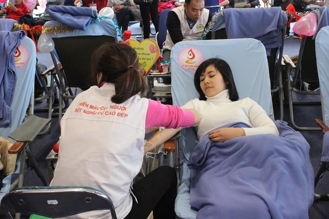 Plus de 2.000 personnes à la fête du don du sang à Nha Trang - ảnh 1