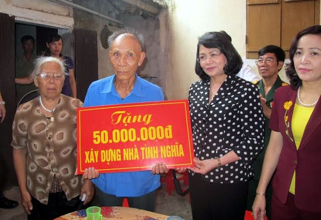 Dang Thi Ngoc Thinh distribue des cadeaux aux victimes de l'agent orange à Ninh Binh - ảnh 1