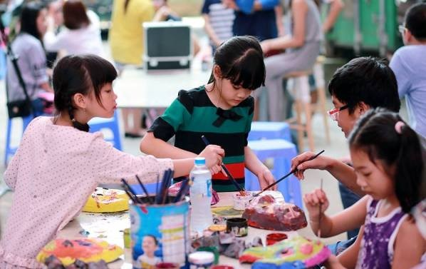 Fête de la mi-automne : les enfants confectionnent les masques  - ảnh 1