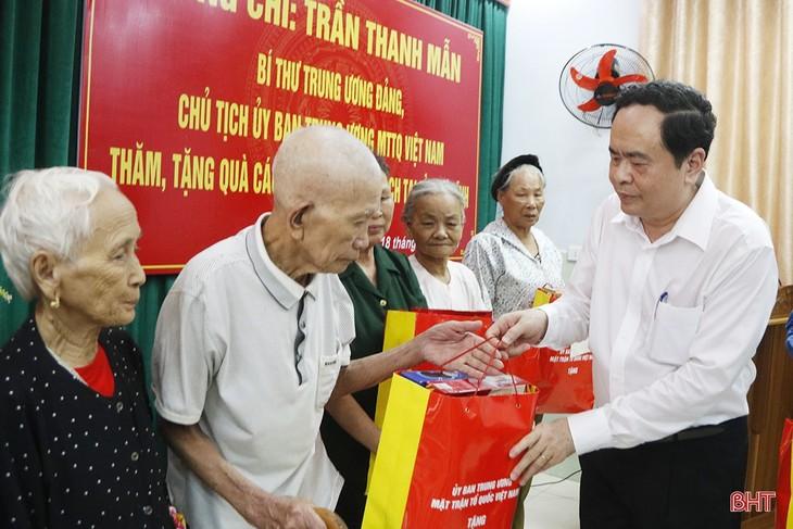 Trân Thanh Mân offre des cadeaux à des personnes méritantes de Hà Tinh - ảnh 1