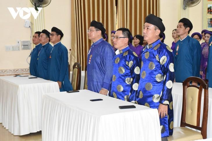 Un effort pour préserver le costume traditionnel de la nation - ảnh 1