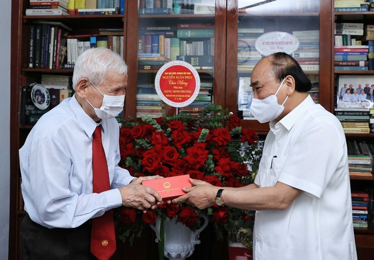 Nguyên Xuân Phuc rend hommage à des journalistes chevronnés - ảnh 1